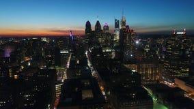 Paso elevado aéreo del panorama del abejón magnífico 4k en cielo anaranjado de la tarde de la puesta del sol en el paisaje urbano almacen de video