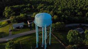 Paso elevado de la tarde de la torre de agua en vecindad residencial almacen de metraje de vídeo