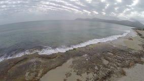 Paso elevado hermoso de la playa en el hijo Sera de Marina - vuelo aéreo, Mallorca almacen de metraje de vídeo