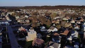 Paso elevado temprano de la primavera de la vecindad típica de la pequeña ciudad de Pennsylvania en la oscuridad almacen de metraje de vídeo