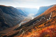 Paso en las montañas de Altai, Siberia, Rusia de Chulyshman River Valley y de Katu-Yaryk foto de archivo
