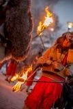 Paso en los fuegos rituales foto de archivo