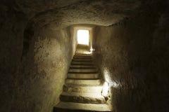 Paso estrecho de piedra con llevar de las escaleras Foto de archivo