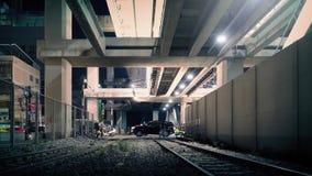 Paso inferior con las vías del tren en ciudad en la noche metrajes