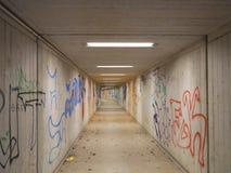 Paso inferior o subterráneo abandonado largo con la pintada Fotos de archivo libres de regalías