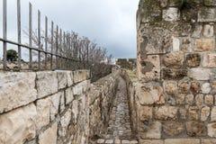 Paso protegido en la pared de la ciudad cerca de la puerta de Jaffa en la ciudad vieja de Jerusalén, Israel foto de archivo