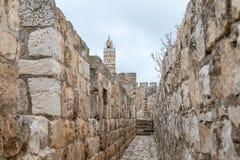 Paso protegido en la pared de la ciudad cerca de la puerta de Jaffa en la ciudad vieja de Jerusalén, Israel foto de archivo libre de regalías