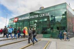 Paso que camina de la gente que el visitante de Melbourne se centra en cuadrado de la federación Foto de archivo libre de regalías