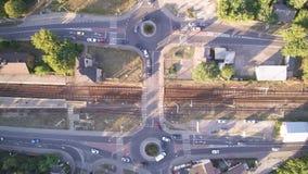 Paso sobre cruces y ferrocarril en Varsovia en Polonia almacen de video