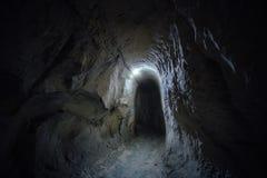Paso subterráneo de la oscuridad del monasterio cretáceo viejo de la cueva Imágenes de archivo libres de regalías
