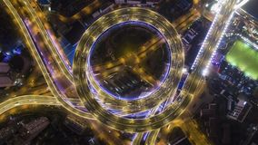 Paso superior circular iluminado del camino de Nanpu en la noche Shangai, China Visi?n de arriba hacia abajo vertical a?rea metrajes