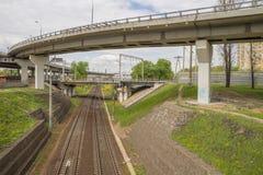 Paso superior del coche que corre sobre pistas ferroviarias Imágenes de archivo libres de regalías