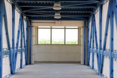 Paso superior seguro peatonal en la estación de tren Fotografía de archivo libre de regalías
