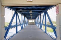 Paso superior seguro peatonal en la estación de tren, FL Fotografía de archivo