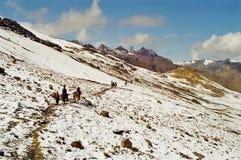 Paso a través de las montañas en caballos imagen de archivo libre de regalías