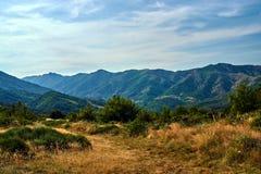 Paso y valle en las montañas del Massif Central Imágenes de archivo libres de regalías
