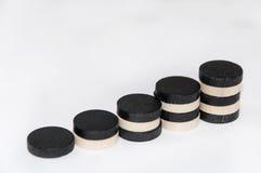 Pasos con los microprocesadores blancos y negros de madera Fotos de archivo libres de regalías