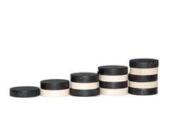 Pasos con los microprocesadores blancos y negros de madera Imagen de archivo libre de regalías