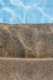 Pasos concretos y piscina imagen de archivo