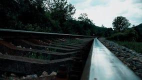 Pasos de ferrocarril con el cierre de la montaña para arriba metrajes
