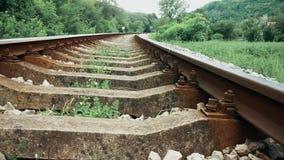 Pasos de ferrocarril a través de la montaña almacen de metraje de vídeo