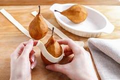 Pasos de hacer la pera en los pasteles - postre delicioso Imagen de archivo