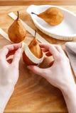 Pasos de hacer la pera en los pasteles - postre delicioso Imágenes de archivo libres de regalías