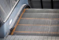Pasos de la escalera móvil móvil del negocio Foto de archivo