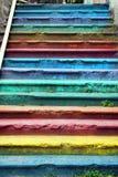 Pasos de la escalera vieja de la calle pintada con diversos colores imagen de archivo libre de regalías