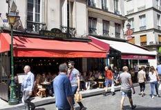 Pasos de la gente por un café Imagen de archivo