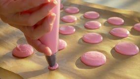 Pasos de la hornada Cocinar sabor rosado de la fresa de los macarrones almacen de video