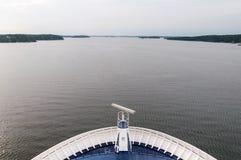 Pasos de la nariz del trazador de líneas del barco de cruceros a través de los fiordos al océano fotografía de archivo libre de regalías