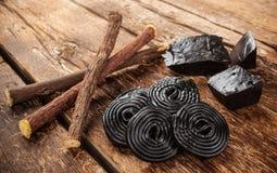 Pasos de la producción del regaliz, de raíces, de bloques puros y del caramelo Imagen de archivo libre de regalías