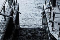 Pasos de la verja y de las escaleras del metal Foto de archivo libre de regalías