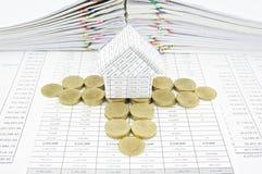 Pasos de las monedas de oro alrededor de la casa Foto de archivo libre de regalías