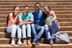 Pasos de los estudiantes universitarios Foto de archivo libre de regalías