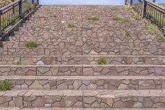 pasos de mármol de las escaleras o escalera de piedra en parque Foto de archivo