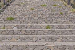 pasos de mármol de las escaleras o escalera de piedra en parque Fotos de archivo libres de regalías