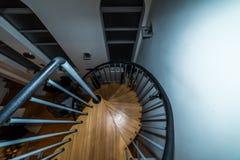 Pasos de madera del espiral de arriba de la visión que van abajo de interior Fotos de archivo libres de regalías