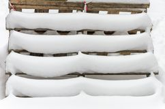 Pasos de madera nevados de las plataformas del edificio Fotos de archivo libres de regalías