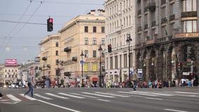 Pasos de peatones peatonales en la avenida de Nevsky en St Petersburg, Rusia. metrajes