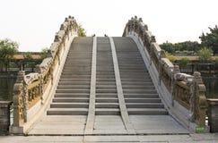 Pasos de piedra ascendentes del puente tradicional chino del arco, puente de la luna en estilo clásico oriental en China Imágenes de archivo libres de regalías