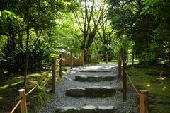 Pasos de piedra en un jardín Foto de archivo