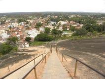 Pasos de piedra a ir abajo de la colina de Vindhyagiri en Shravanabelagola Fotografía de archivo libre de regalías