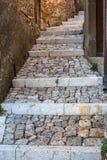 Pasos de piedra a la casa rústica en ciudad vieja foto de archivo libre de regalías