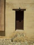 Pasos de piedra y puerta marrón Fotos de archivo