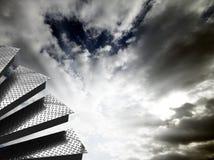 Pasos de progresión con el cielo dramático imagen de archivo libre de regalías
