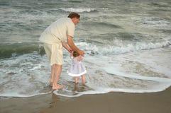 Pasos de progresión de bebé en el mar fotografía de archivo libre de regalías