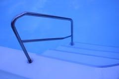 Pasos de progresión de la piscina todavía de interior Imagenes de archivo