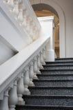 Pasos de progresión de mármol y pasamano Fotografía de archivo